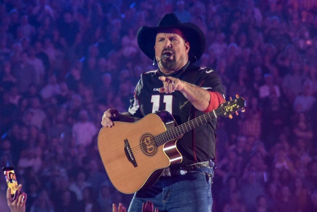 Garth Brooks performs at State Farm Stadium in Glendale, AZ on March 23, 2019. Photo courtesy of Twitter user @RockyTopSkiBum